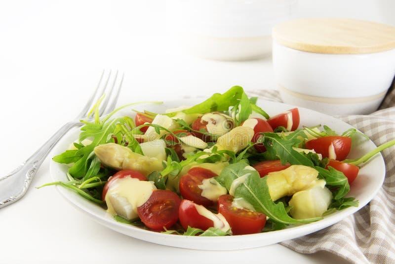 Salade met witte asperge, cocktailtomaten en rucola, gezondheid stock fotografie