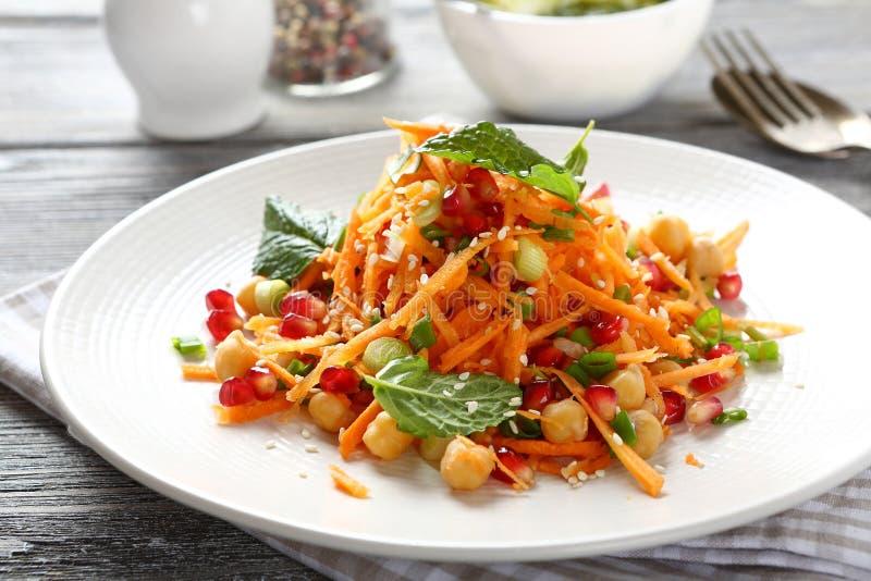Salade met wortelen en kekers royalty-vrije stock foto's