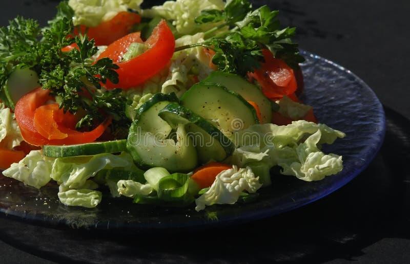 Salade met zwarte achtergrond stock foto