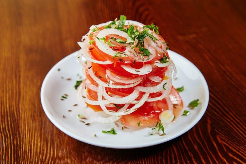 Salade nationale d'Ouzbékistan des tomates, des oignons, des herbes et des épices image libre de droits