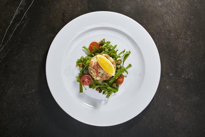 Salade Olivier met zalm stock afbeelding