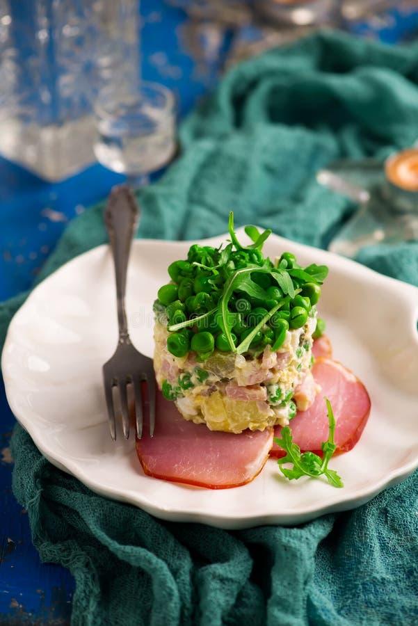 Salade Olivier, rysk sallad royaltyfri bild