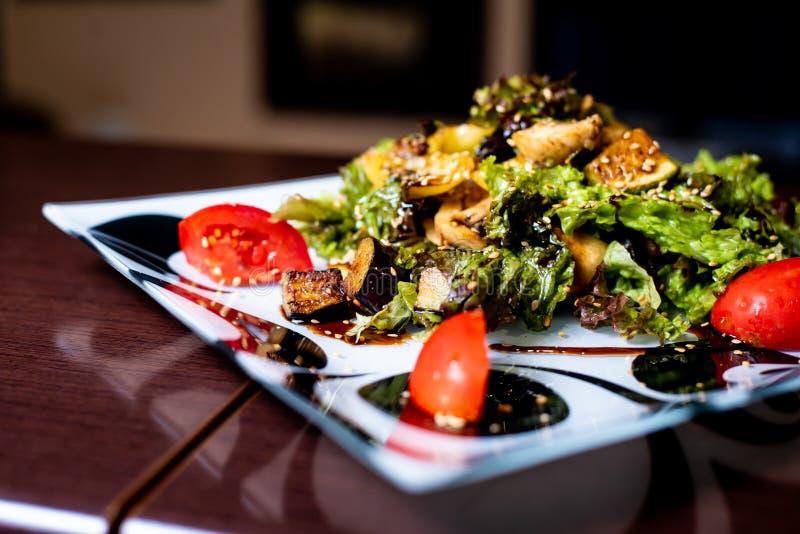 Salade op een plaat stock fotografie