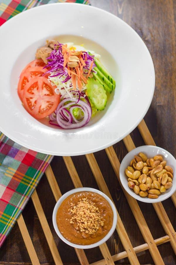 Salade organique de Chambre avec de la sauce à arachide photos libres de droits