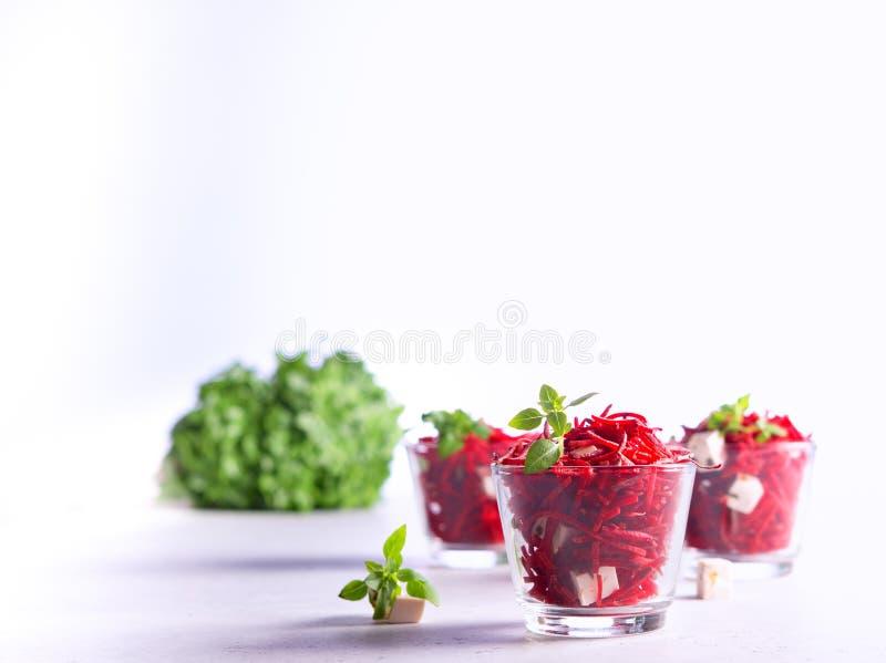 Salade organique saine de betterave avec des verts et fromage sur le fond blanc photos libres de droits