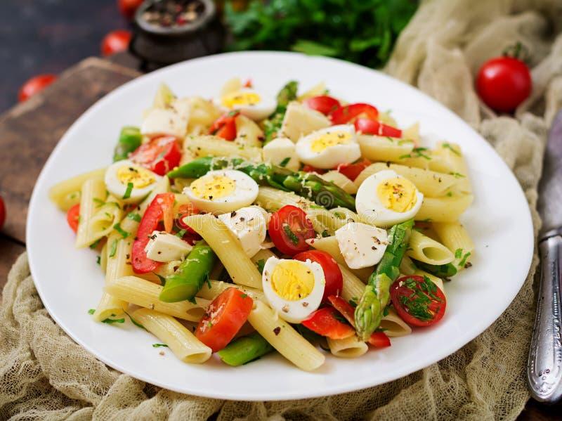 Salade - penne deegwaren met asperge, tomaten, kwartelseieren, mozarella stock afbeeldingen