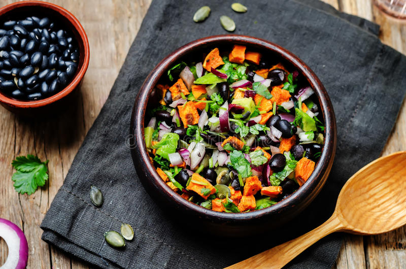 Salade rôtie d'avocat de pepita de haricot noir de patate douce image stock
