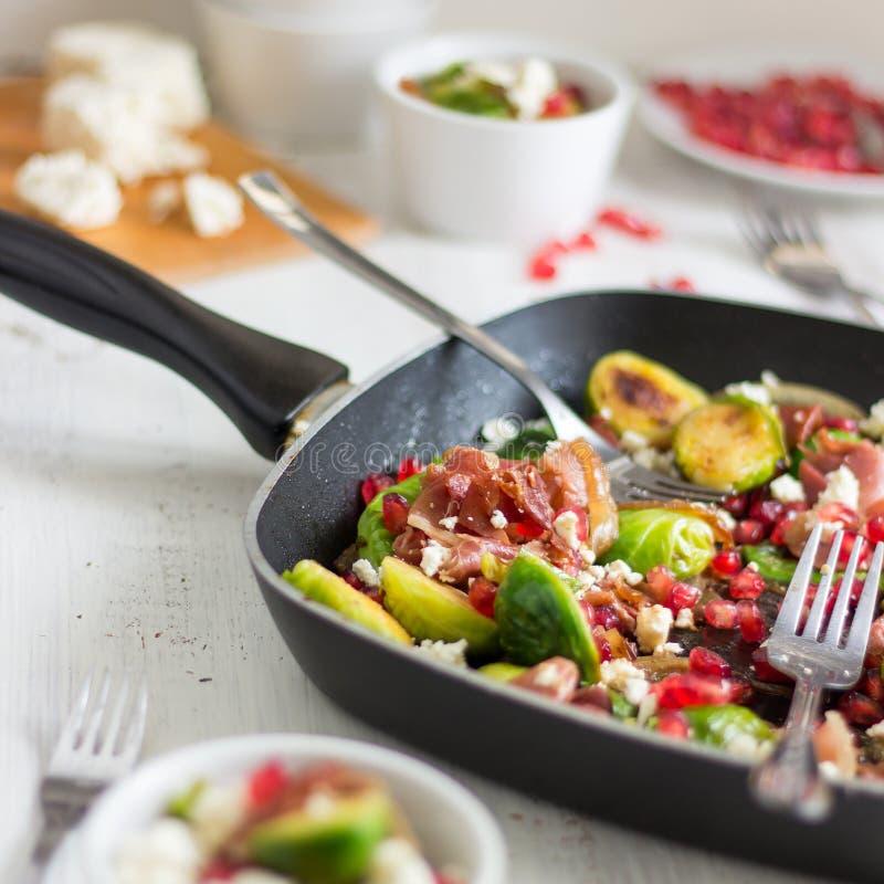 Salade rôtie de choux de bruxelles photographie stock