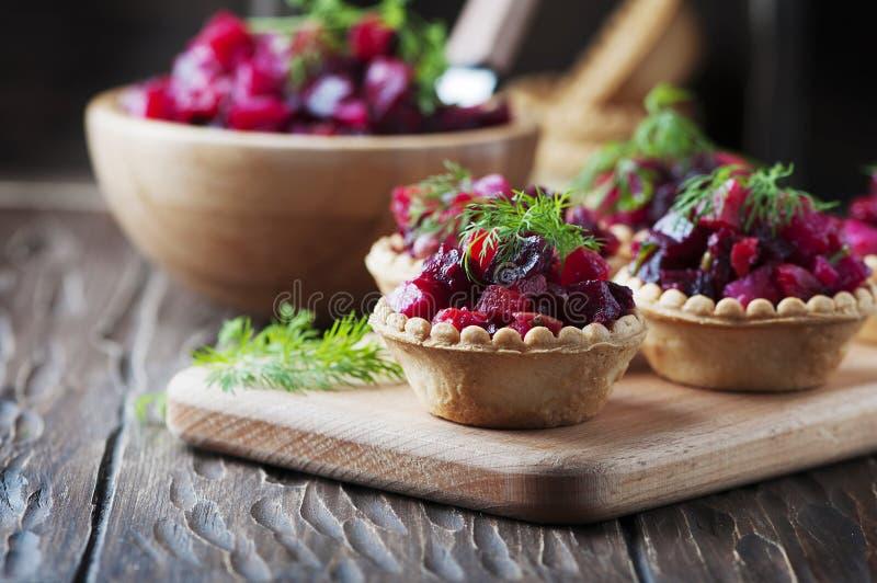 Salade russe traditionnelle de vegan avec la pomme de terre et les betteraves photos stock