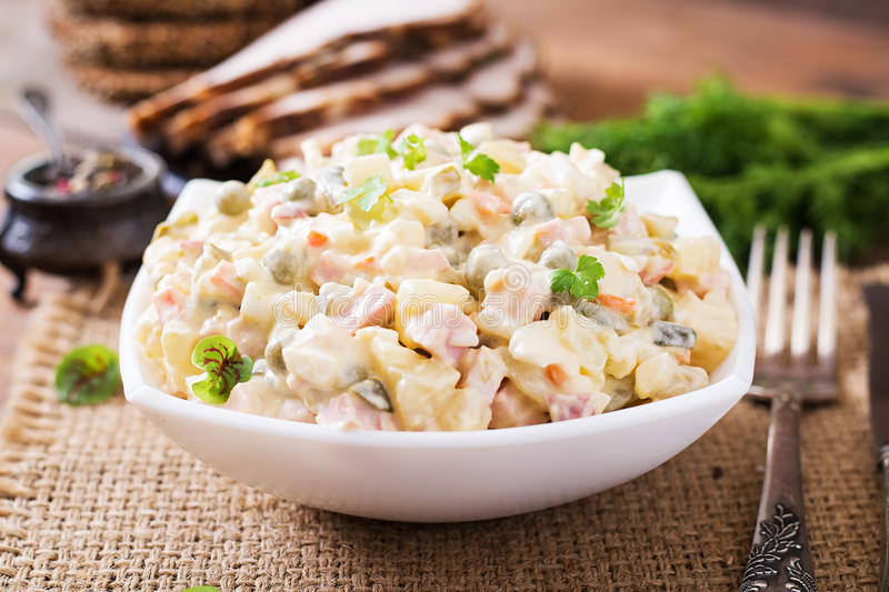 Salade russe traditionnelle Olivier photographie stock