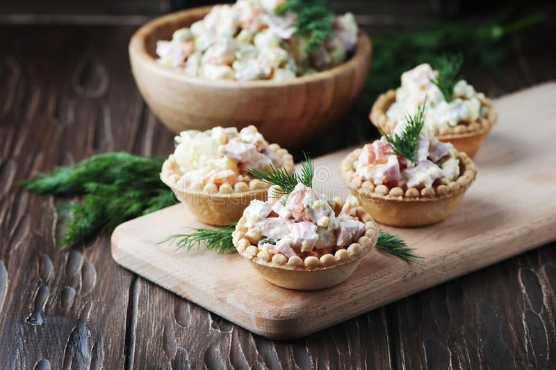 Salade russe traditionnelle Olivier servi dans la tartelette photographie stock libre de droits