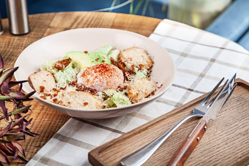 Salade saine avec du blanc de poulet cuit au four, oeuf poché, laitue, fromage, avocat Nourriture suivante un r?gime Salade servi images stock