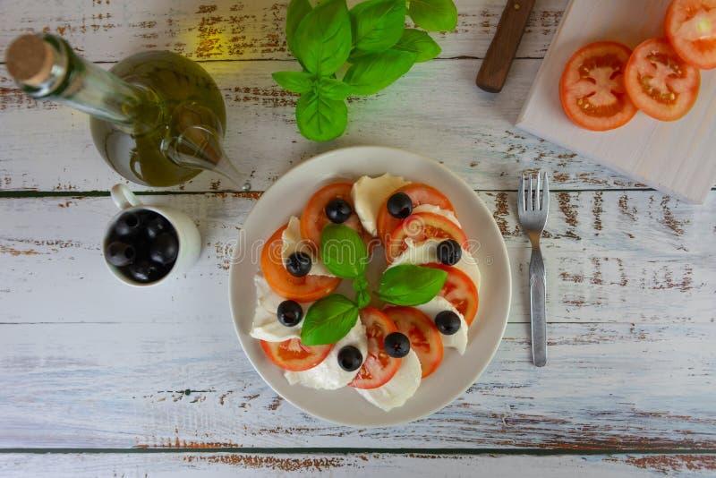 Salade saine avec la tomate de mozzarella et le basilic frais image stock