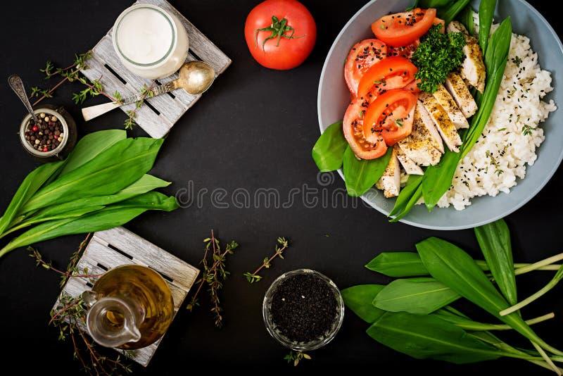 Salade saine avec le poulet, les tomates, l'ail sauvage et le riz photographie stock libre de droits