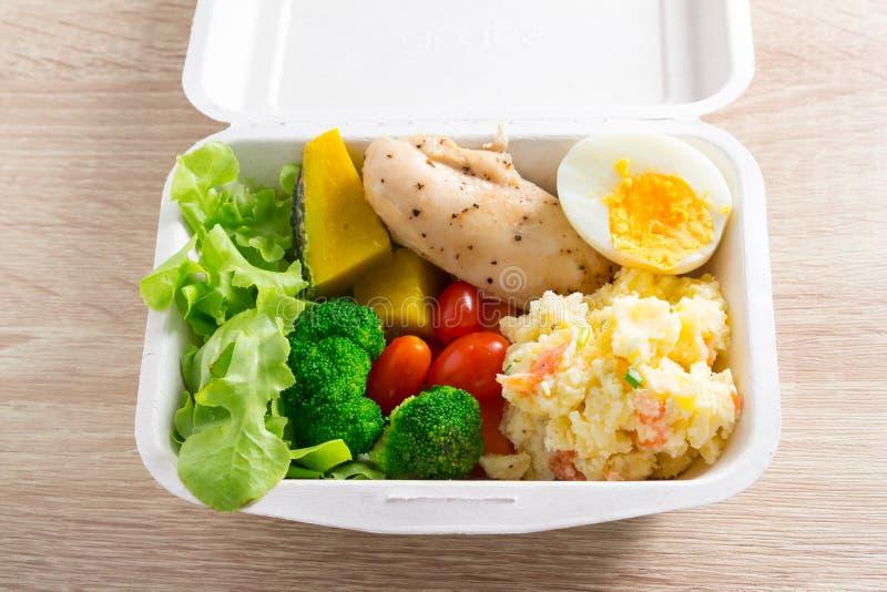 Salade saine avec les tomates, le poulet, l'oeuf, la pomme de terre de mâche, et le mixe images stock