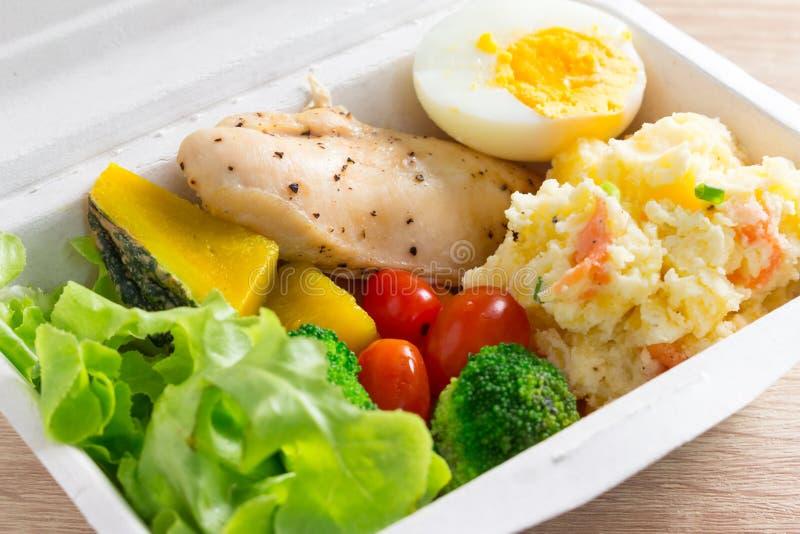Salade saine avec les tomates, le poulet, l'oeuf, la pomme de terre de mâche, et le mixe photo stock