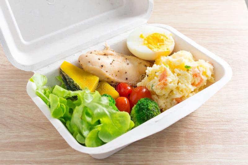 Salade saine avec les tomates, le poulet, l'oeuf, la pomme de terre de mâche, et le mixe images libres de droits