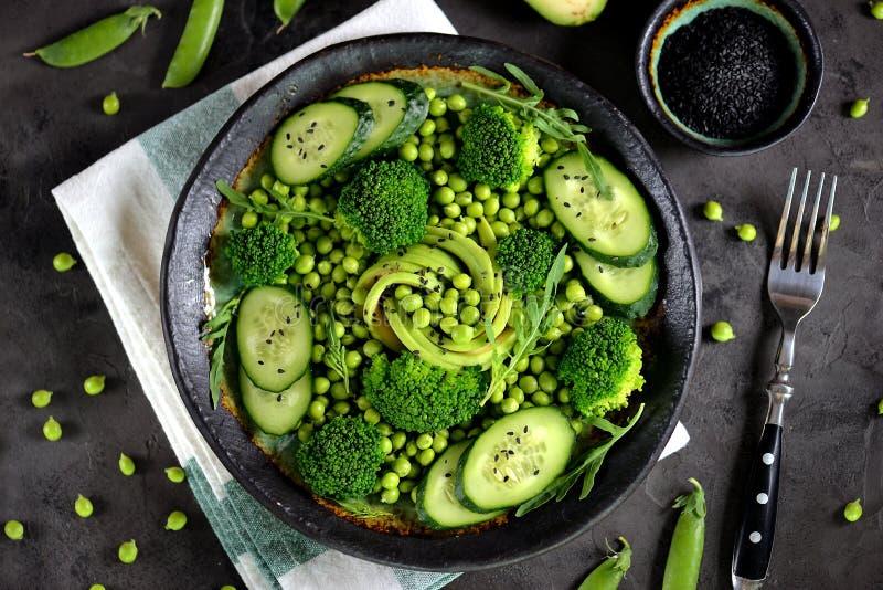 Salade saine de brocoli, de pois, de concombre et d'avocat avec l'arugula et l'huile d'olive Nourriture saine Vue supérieure image libre de droits