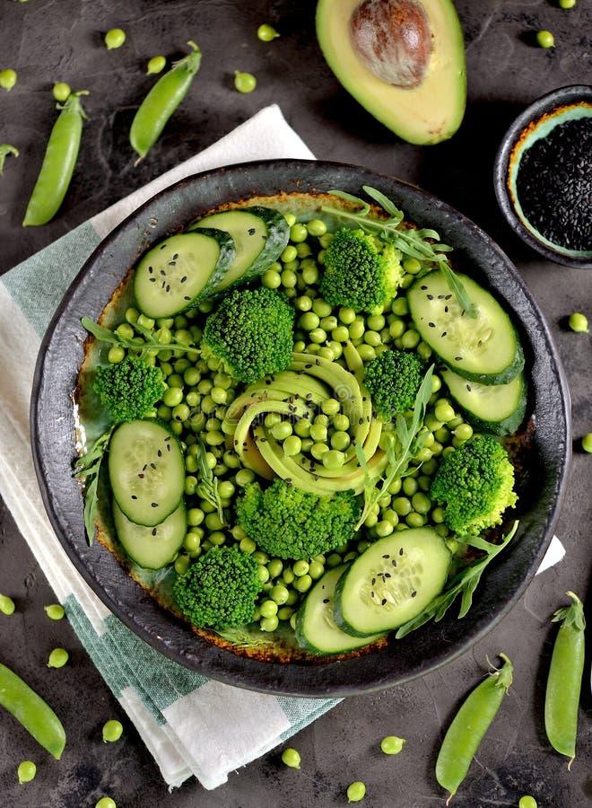 Salade saine de brocoli, de pois, de concombre et d'avocat avec l'arugula et l'huile d'olive Nourriture saine Vue supérieure images stock