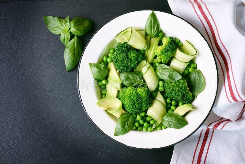 Salade saine de brocoli, de pois, de concombre et d'avocat avec le basilic et l'huile d'olive Nourriture saine Vue supérieure, l' photo libre de droits