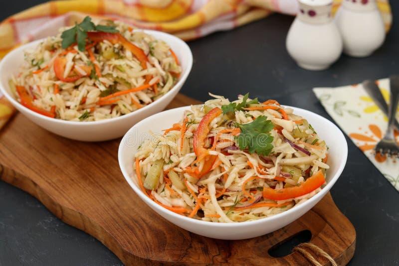 Salade saine de chou, de poivron doux, d'oignon et de pâtes d'orzo images stock