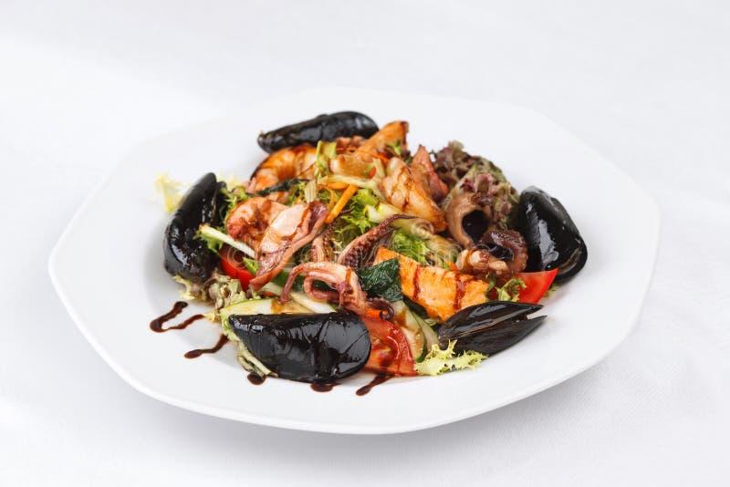 Salade saine de fruits de mer d'un plat blanc d'isolement image stock