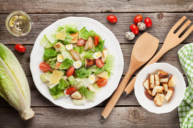 Salade saine fraîche et vin blanc images stock