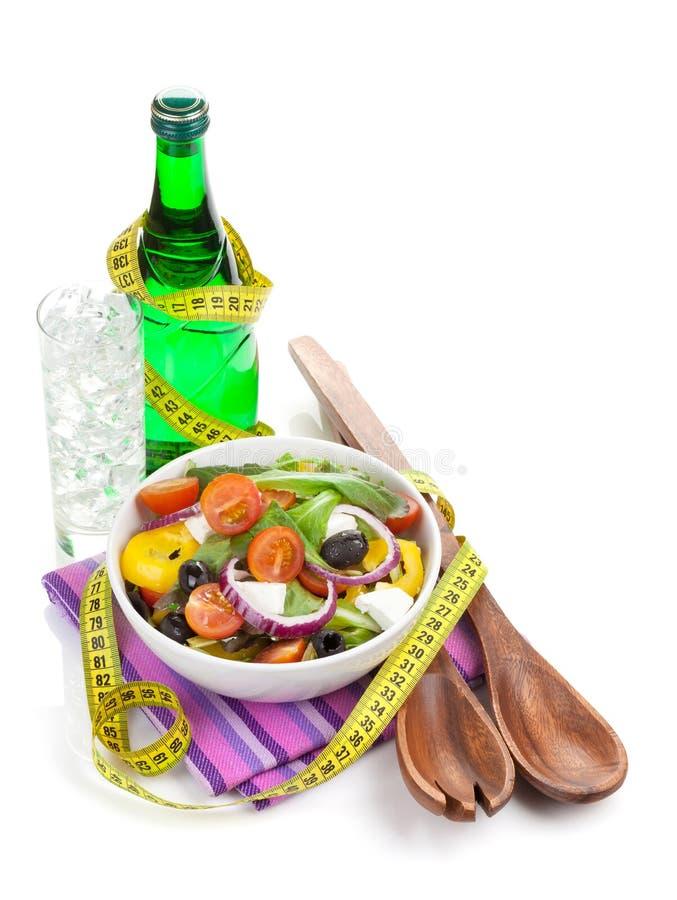 Salade saine fraîche, verre de l'eau et ustensile de cuisine photos stock