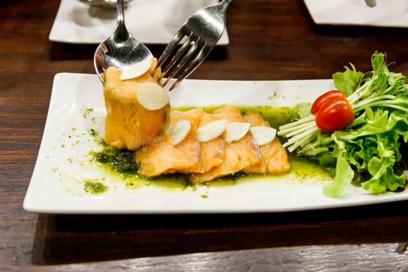 Salade saumonée épicée avec de la salade végétale photographie stock