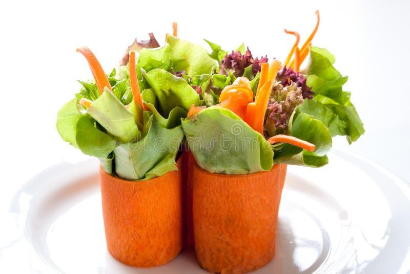 Salade saumonée enveloppée avec la carotte coupée en tranches photographie stock