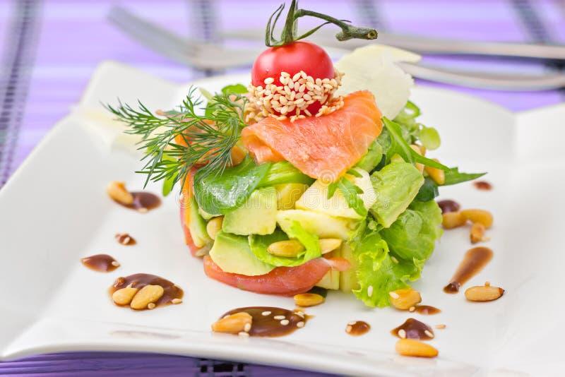 Salade saumonée formée ronde de Smocked avec l'avocat décoré du ch image libre de droits