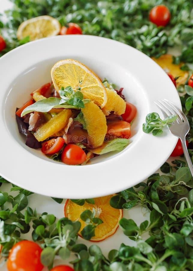 Salade in sinaasappelen, tomaten en bacon stock afbeeldingen