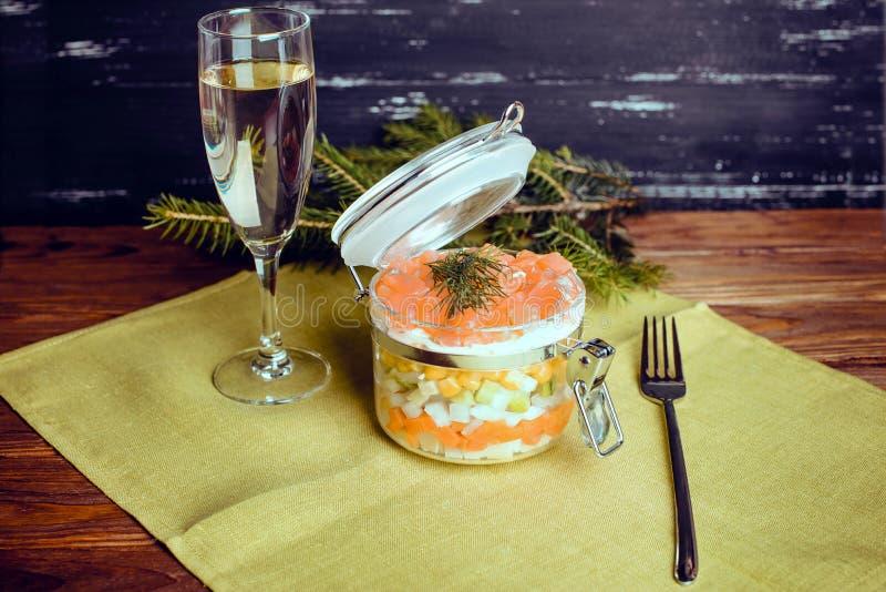 Salade sophistiquée avec le champagne et fourchette sur un fond en bois images libres de droits