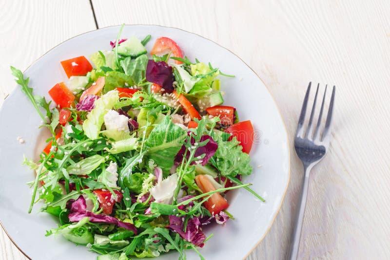 Salade superbe organique fraîche de nourriture du plat blanc avec la fourchette du côté photos libres de droits