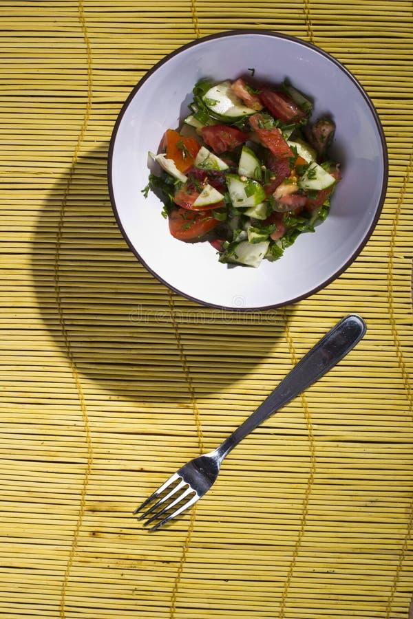 Download Salade Sur Un Tapis En Bambou Jaune Photo stock - Image du aneth, moisson: 56486356