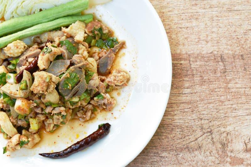 Salade thaïlandaise de chop de canard et de chou frais dans l'assiette images stock