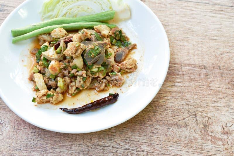 Salade thaïlandaise de chop de canard et de chou frais dans l'assiette image stock
