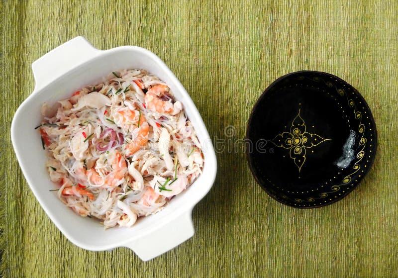 Salade thaïlandaise de fruits de mer de style photos stock