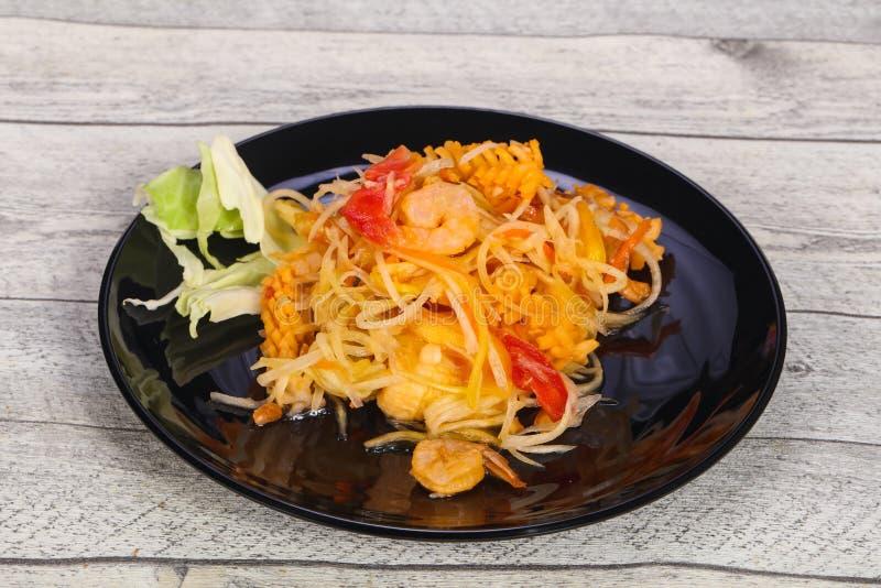 Salade tha?landaise avec la papaye et la crevette rose photographie stock libre de droits