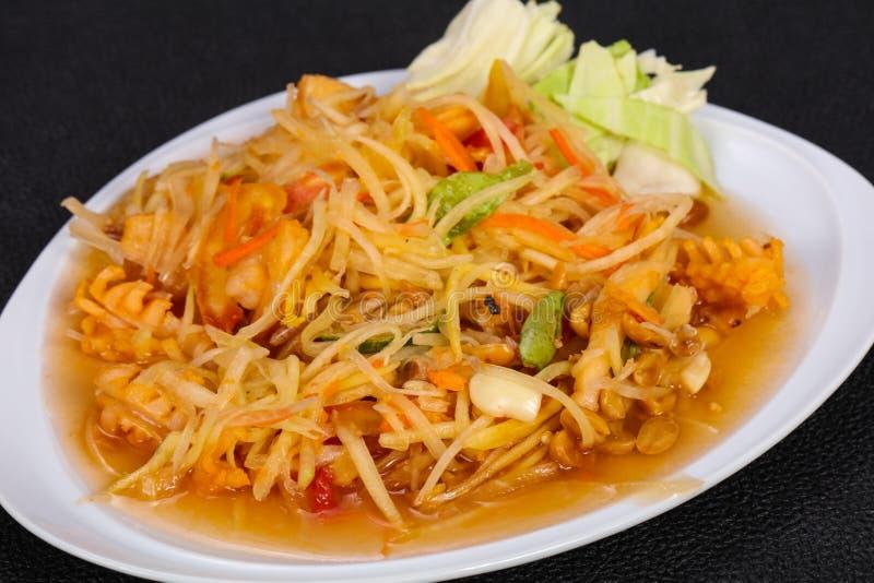 Salade tha?landaise avec la papaye et la crevette rose photos libres de droits