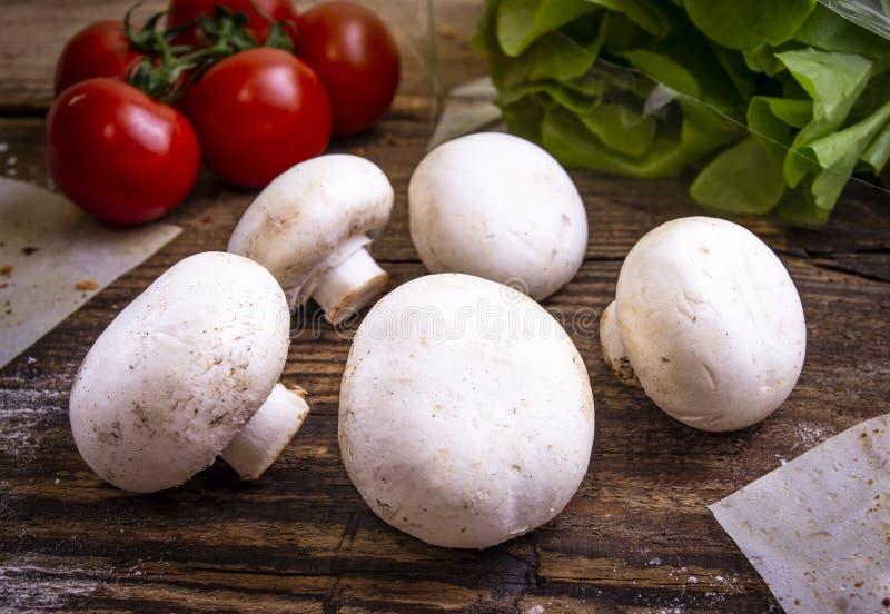Salade, tomates-cerises et champignons frais de champignon de paris photo libre de droits