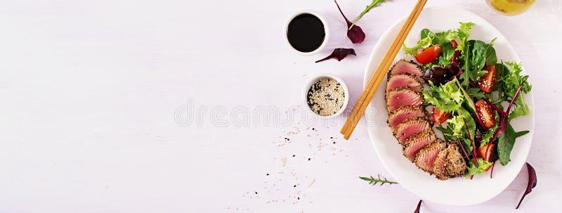 Salade traditionnelle japonaise avec des morceaux de thon grillé entre saignant et à point d'Ahi images libres de droits