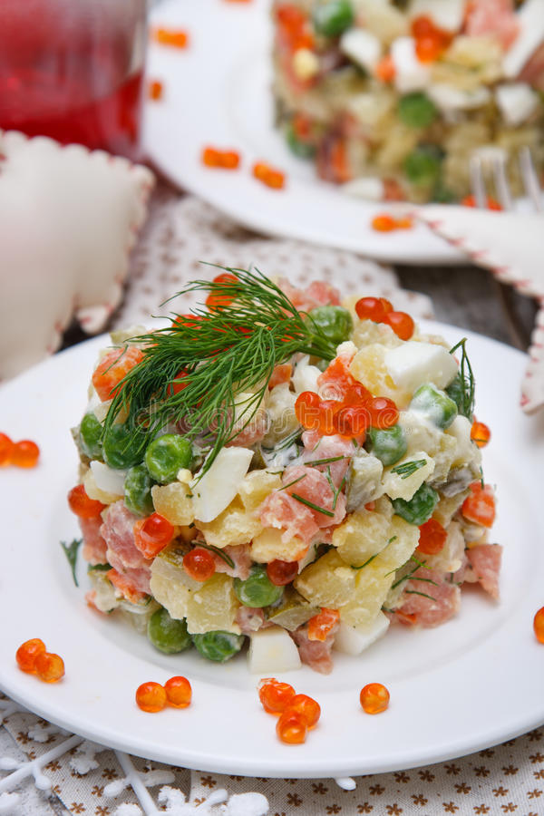 Salade traditionnelle russe olivier photos stock