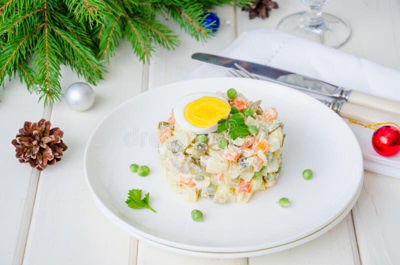 Salade traditionnelle russe Olivier avec les légumes et la viande pour la nouvelle année et le Noël photo stock