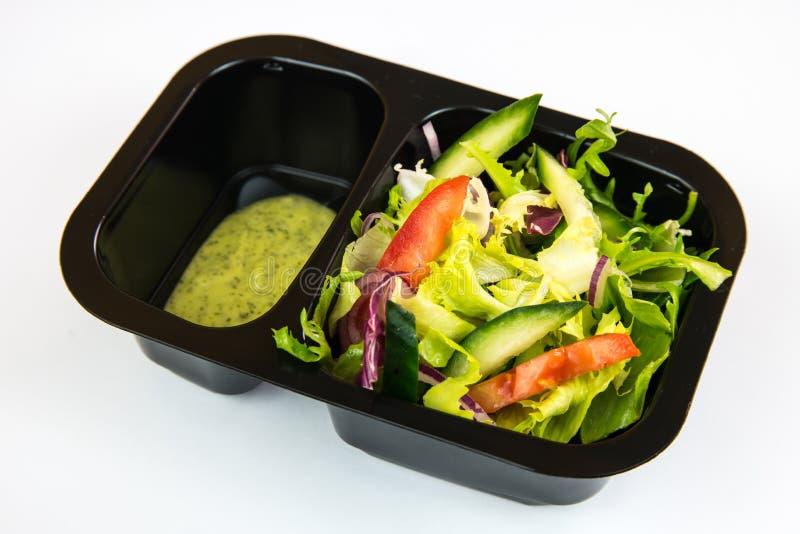 Salade végétale avec de la laitue, le rucola, les tomates, les poivrons, les concombres, l'oignon rouge et le chou image libre de droits