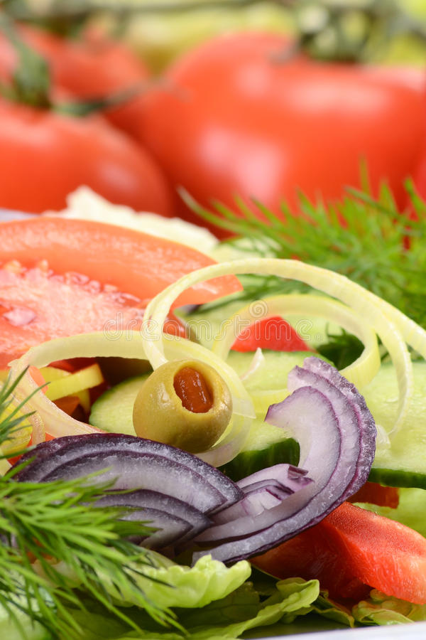 Salade végétale avec des olives photographie stock libre de droits