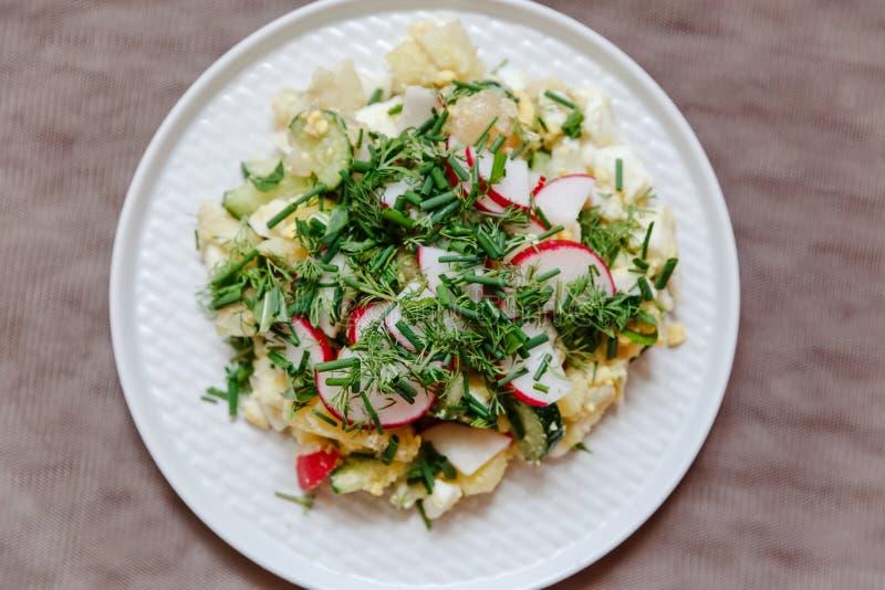 Salade végétale avec le radis, la vue supérieure fraîche de concombres, de pommes de terre et d'oignons verts images stock