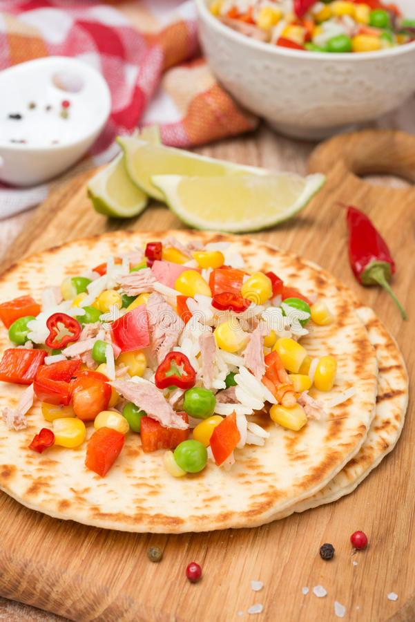 Salade végétale colorée avec le thon sur des tortillas photographie stock libre de droits