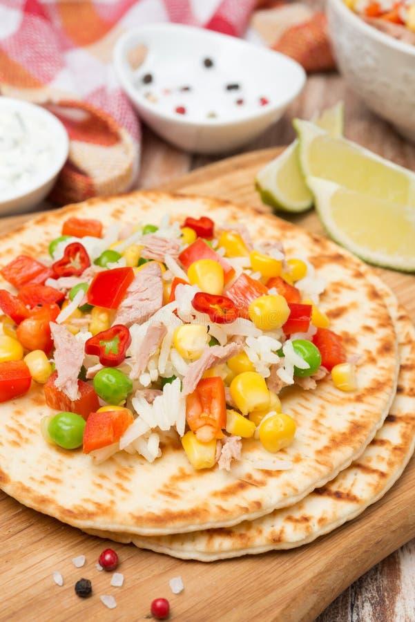Salade végétale colorée avec le thon sur des tortillas de blé, verticales photographie stock libre de droits