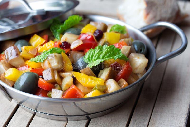 Salade végétale cuite faite à partir de l'aubergine frite coupée Plat sicilien traditionnel photographie stock libre de droits